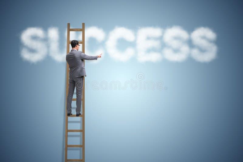 Il successo di raggiungimento dell'uomo d'affari con la scala di carriera immagini stock