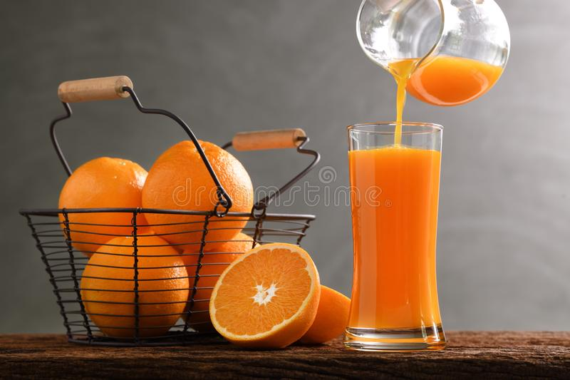 Il succo d'arancia fresco ha versato dentro a vetro alto immagini stock libere da diritti