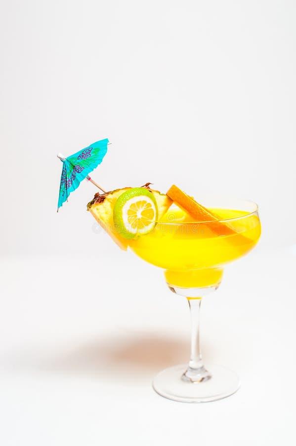 Il succo d'arancia variopinto ha basato il cocktail dell'estate decorato con il tropi immagine stock libera da diritti