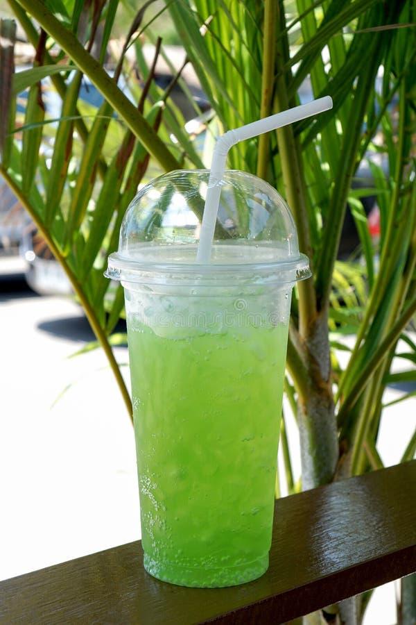 Il succo di limone ghiacciato dentro porta via la tazza di plastica fotografie stock libere da diritti