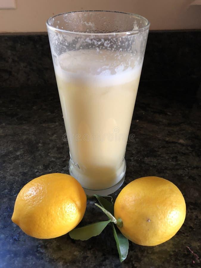 Il succo di limone sano pulisce la bevanda immagine stock