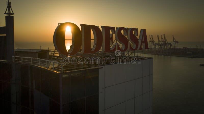 Il Sun aumenta dietro grande Odessa Sign Ukraine fotografie stock libere da diritti