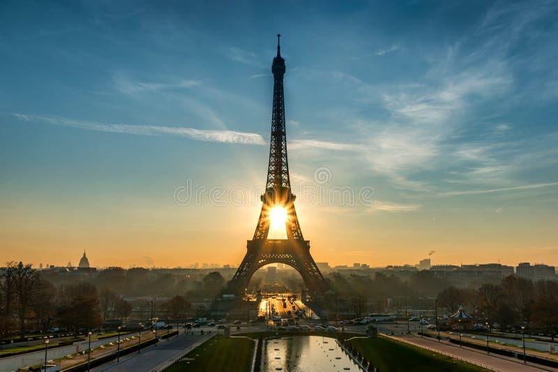 Il Sun aumenta nella torre Eiffel fotografia stock