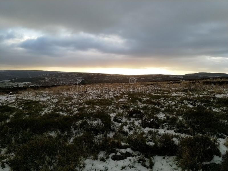 Il Sun che attraversa le nuvole su North Yorkshire attracca fotografie stock