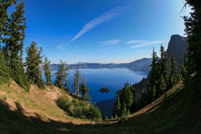 Il Sun dentella nel lago del cratere immagine stock libera da diritti