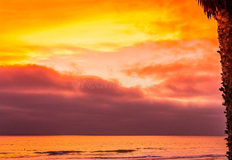 Il Sun giù colora il cielo e l'oceano immagini stock libere da diritti