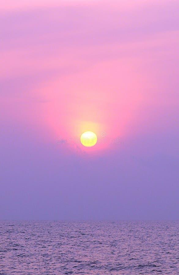 Il Sun giallo dorato in aumento sopra l'oceano infinito immagini stock