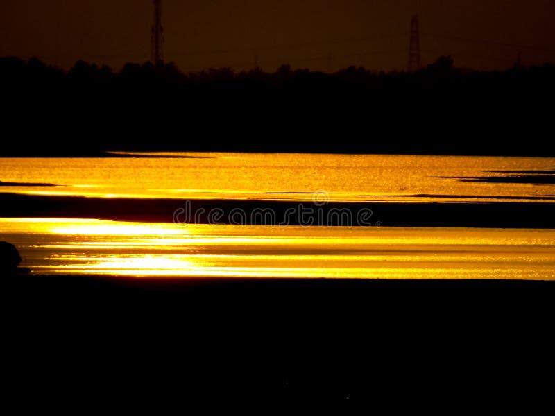 Il Sun ha messo il fiume della luce rossa immagini stock libere da diritti