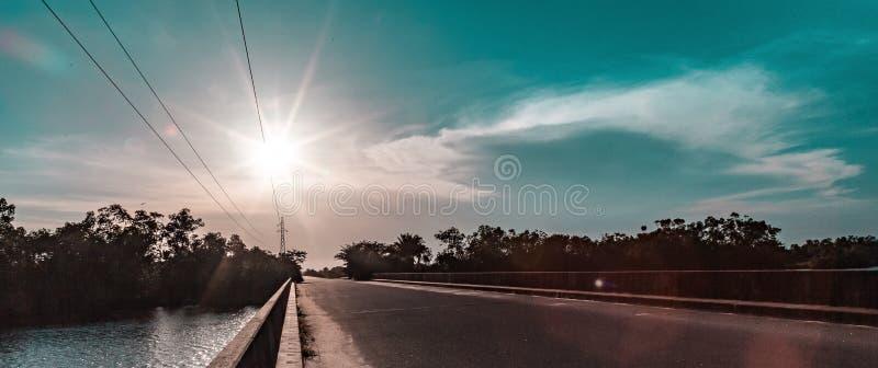 Il Sun ha messo sopra un ponte vicino ad un estuario dell'Oceano Atlantico a Lagos Nigeria Africa immagini stock libere da diritti