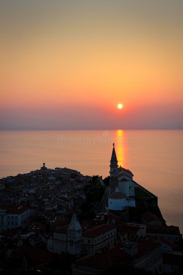 Il Sun mette sopra Piran, Slovenia, sulla costa adriatica immagini stock