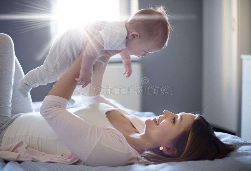 Il suo piccolo angelo fotografie stock libere da diritti