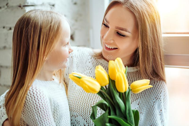 Il suo regalo per voi! Ritratto del derivato e della madre insieme fotografia stock libera da diritti