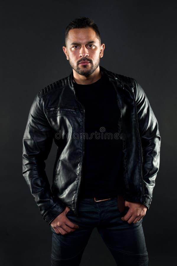 Il suo stile Uomo ispano con stile alla moda Uomo barbuto al modo Abbigliamento di usura del modello di moda nello stile macho immagini stock libere da diritti