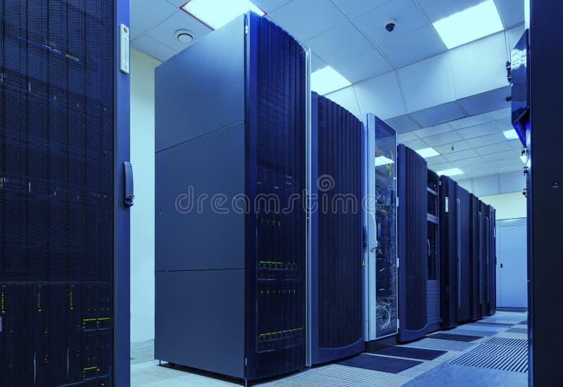 Il supercomputer ragruppa nella stanza del centro dati moderno immagine stock libera da diritti