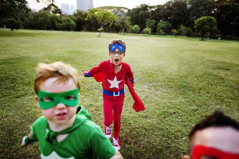Il supereroe scherza il concetto allegro di divertimento dell'immaginazione di aspirazione fotografia stock