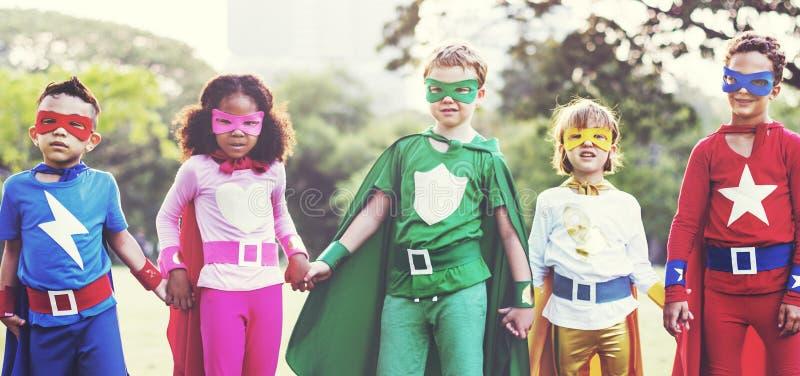 Il supereroe scherza il concetto allegro di divertimento dell'immaginazione di aspirazione fotografie stock libere da diritti