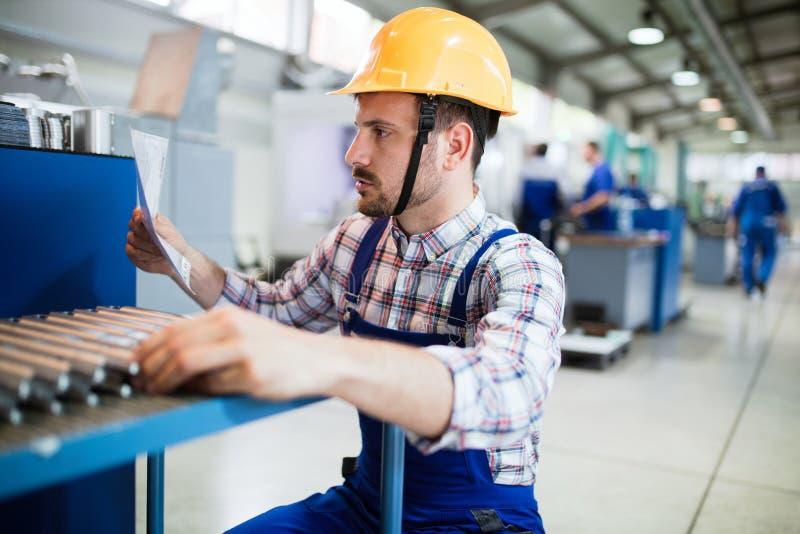 Il supervisore che fanno il controllo di qualità e il pruduction controllano la fabbrica fotografie stock