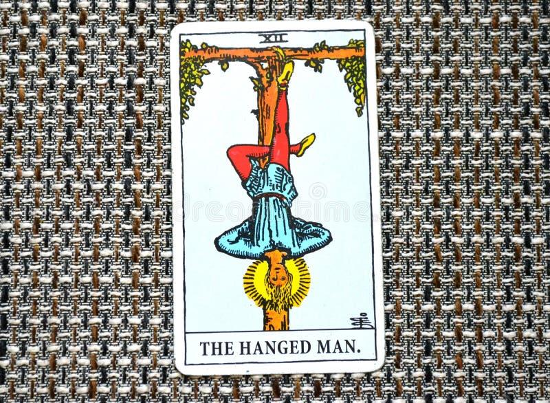 Il supporto appeso di resa di riflessione della carta di tarocchi dell'uomo fuori dell'immagine immagini stock