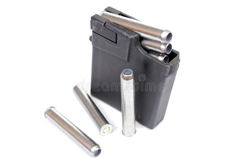 Il supporto del negozio caricato con le cartucce sul capo 4 da una pistola a canna liscia del 410th calibro immagine stock