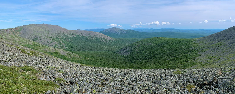 Il supporto di Iov, il supporto di Burtym ed il pendio della roccia di Serebryanskiy montano, la Russia fotografia stock