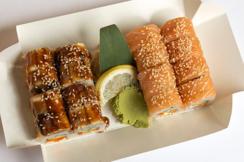 Il sushi arriva a fiumi una scatola di pranzo bianca della carta di eco asportabile immagine stock libera da diritti