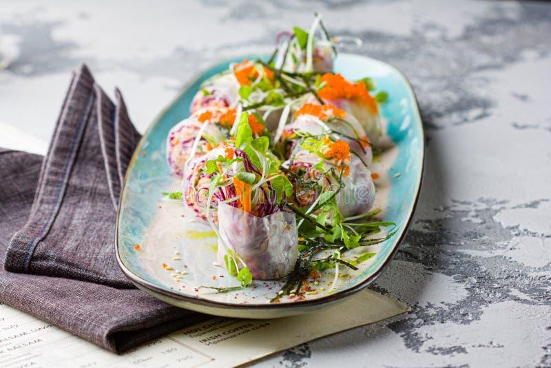 Il sushi del vegano arriva a fiumi la carta di riso fotografia stock libera da diritti