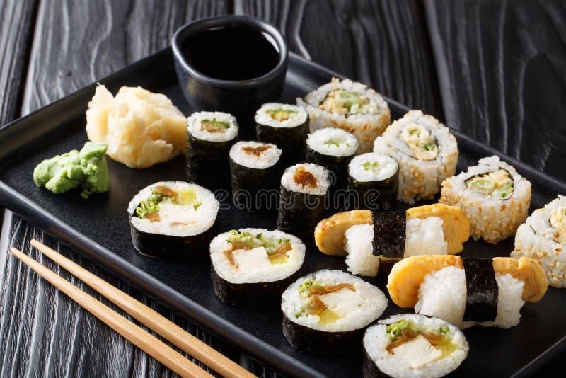 Il sushi giapponese delizioso rotola il grande insieme con frutti di mare, le verdure, il tofu ed il primo piano di tamago orizzo immagine stock