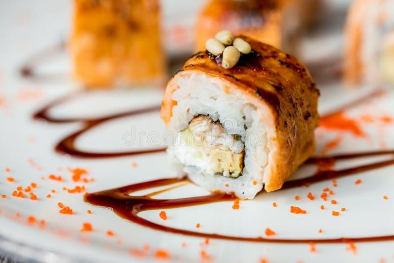 Il sushi giapponese tradizionale arriva a fiumi la fine del ristorante su immagini stock libere da diritti