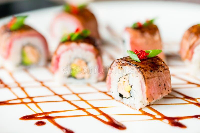 Il sushi giapponese tradizionale arriva a fiumi la fine del ristorante su immagini stock