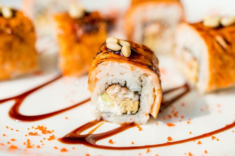 Il sushi giapponese tradizionale arriva a fiumi la fine del ristorante su immagine stock