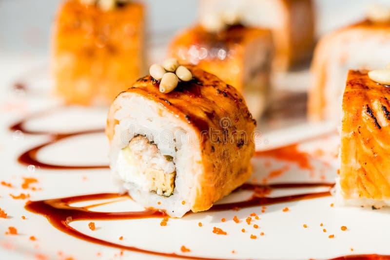 Il sushi giapponese tradizionale arriva a fiumi il ristorante immagini stock libere da diritti