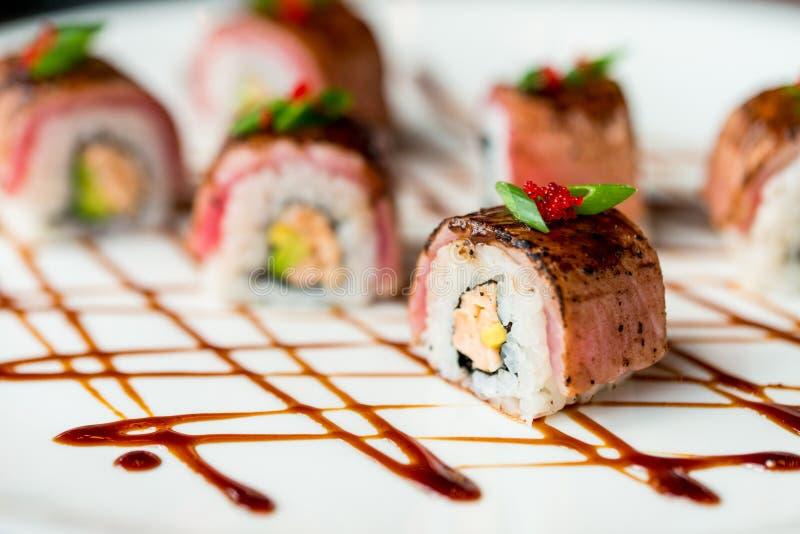 Il sushi giapponese tradizionale arriva a fiumi il ristorante immagine stock