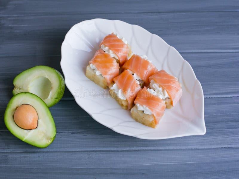 Il sushi, giapponesi rotola su un bello piatto bianco fotografia stock