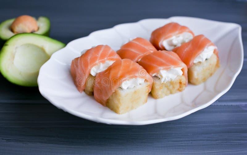 Il sushi, giapponesi rotola su un bello piatto bianco fotografie stock libere da diritti