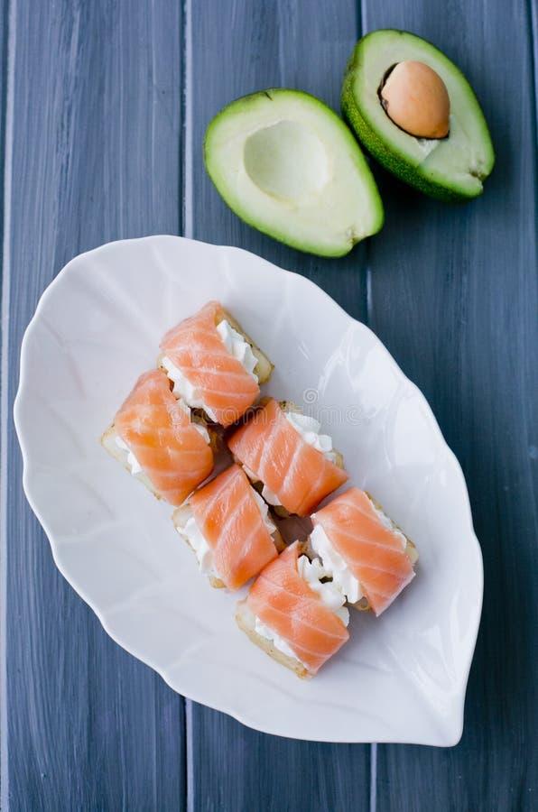 Il sushi, giapponesi rotola su un bello piatto bianco immagini stock libere da diritti