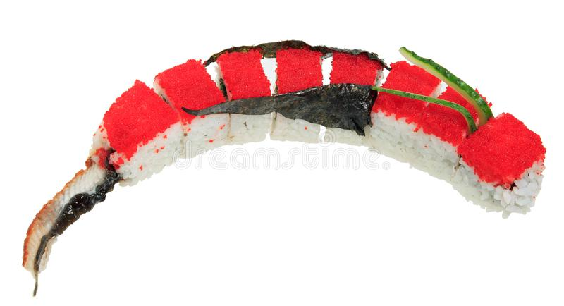 Il sushi rotola con il caviale rosso di tobiko sotto forma di un drago Isolato su priorità bassa bianca immagini stock