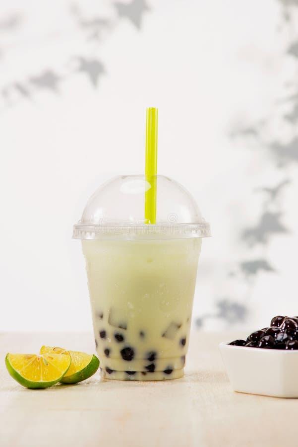 Il tè al latte di boba della bolla del limone e tapioca imperla in Cu di plastica fotografia stock libera da diritti