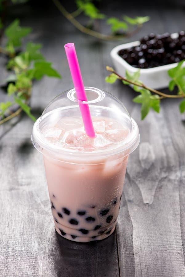 Il tè al latte di boba della bolla e tapioca imperla in tazza di plastica fotografia stock libera da diritti