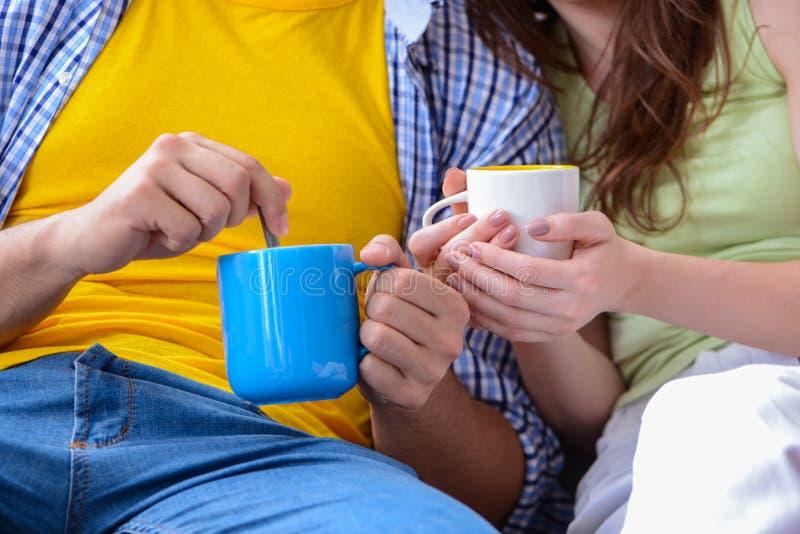 Il tè bevente o il caffè delle giovani coppie insieme fotografia stock