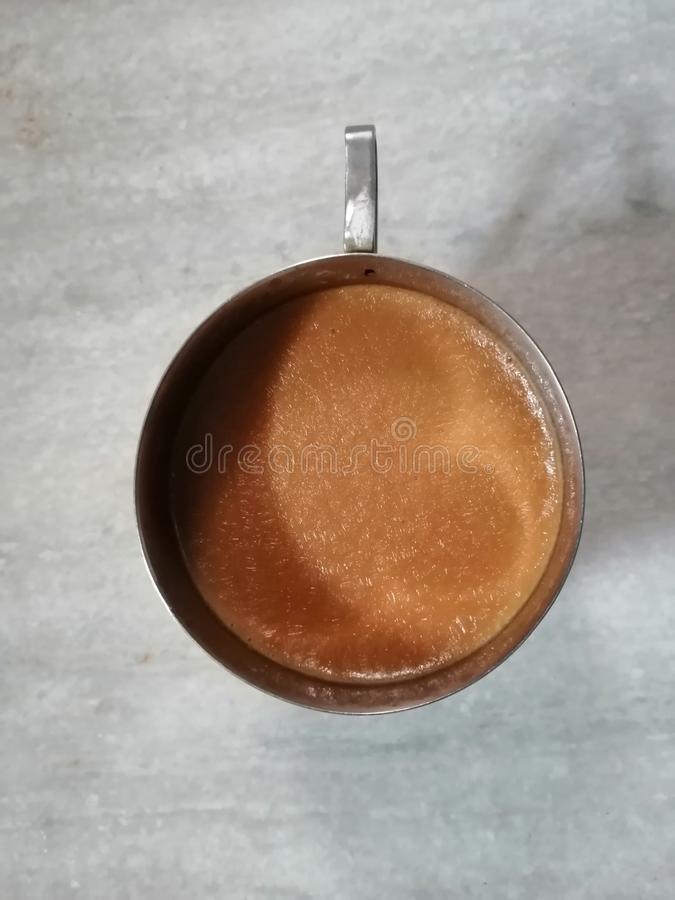 Il tè caldo è servito in una tazza d'acciaio immagini stock libere da diritti
