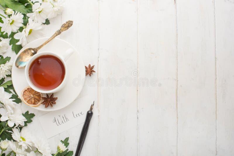 Il tè con i fiori è fatto con amore Vista superiore con spazio vuoto per le iscrizioni immagine stock libera da diritti