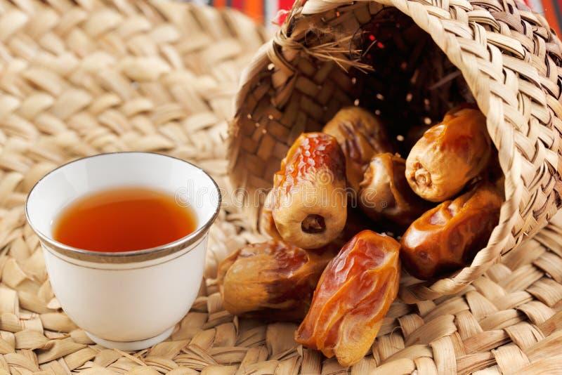 Il tè e le date arabi simbolizzano l'ospitalità araba immagini stock libere da diritti