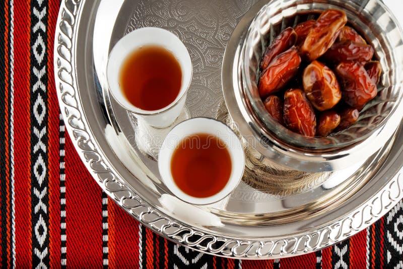 Il tè e le date iconici del tessuto di Abrian simbolizzano l'ospitalità araba fotografie stock libere da diritti