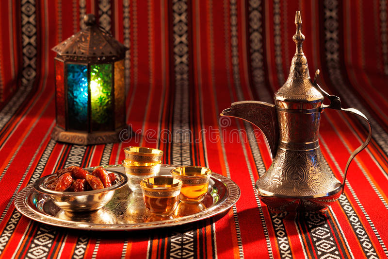Il tè e le date iconici del tessuto di Abrian simbolizzano l'ospitalità araba immagini stock