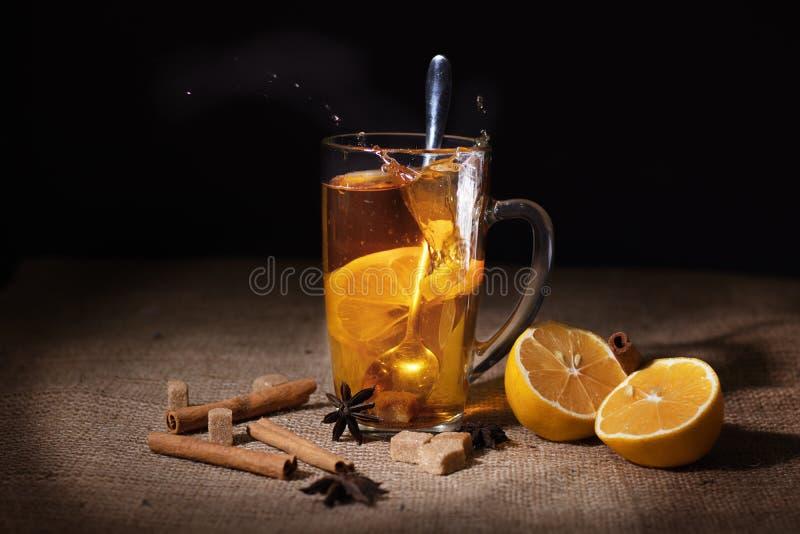 Il tè nero in una tazza di vetro fotografie stock libere da diritti