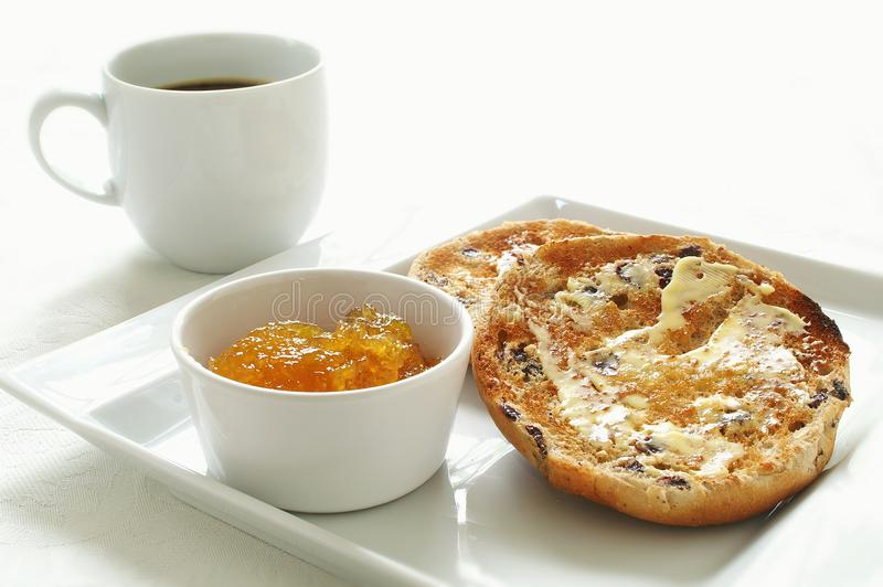 Il tè tostato agglutina con caffè e marmellata d'arance fotografia stock libera da diritti