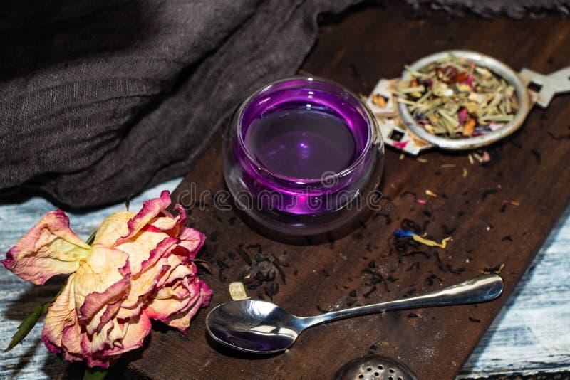 Il tè in un doppio vetro trasparente con l'aggiunta del limone si trasforma in in un colore grigio immagine stock libera da diritti