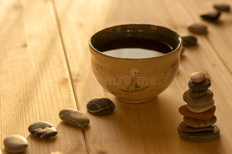 Il tè in una ciotola sui bordi di legno fotografie stock