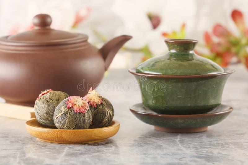 Il tè verde in germogli, teiera ceramica marrone con una tazza ha preparato per la cerimonia di tè fotografia stock
