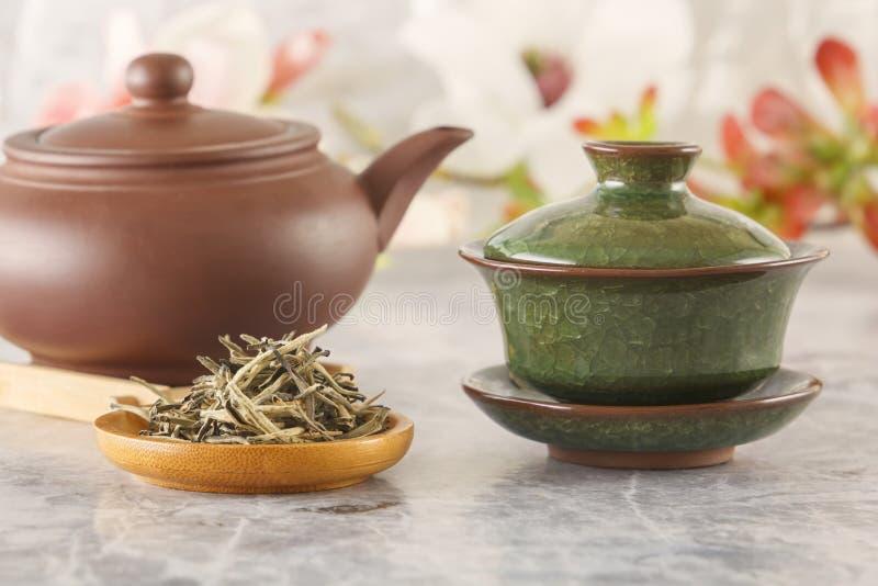 Il tè verde tradizionale, teiera ceramica marrone con una tazza ha preparato per la cerimonia di ea immagini stock libere da diritti
